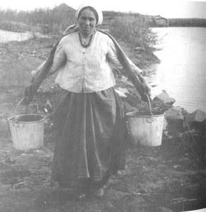 Уральская казачка с коромыслом. Оренбургская губ., Троицкий у. 1911
